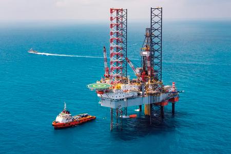 オフショア石油掘削装置の掘削プラットフォームオフショア石油掘削装置の掘削タイ湾のプラットホーム 写真素材