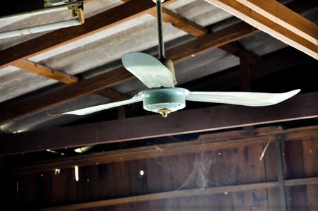 Oude plafondventilator in houten huis Stockfoto
