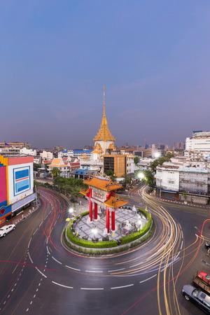 wat traimit: Traffic in Royal Jubilee Gate, Landmark of chinatown and Wat Traimit Temple of the Golden Buddha , Bangkok, Thailand.  Landmark of Chinatown in Yaowarat Road Odeon Roundabout