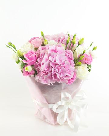 ramo de flores: flores de color rosa en el florero aislado. Foto de archivo