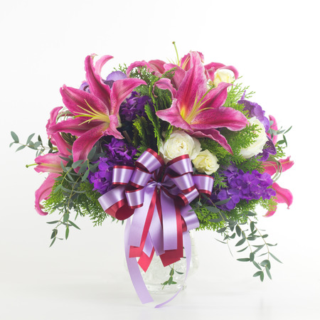 bouquet fleurs: Bouquet de fleurs dans un vase isolé.