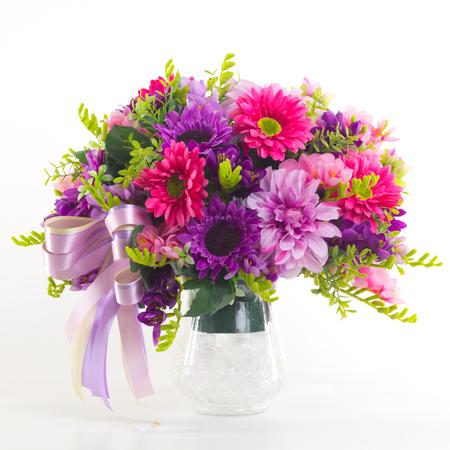 mazzo di fiori: Bouquet di fiori in vaso isolato. Archivio Fotografico