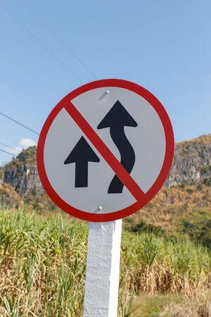 no pass: Los signos que prohíben los adelantamientos Foto de archivo