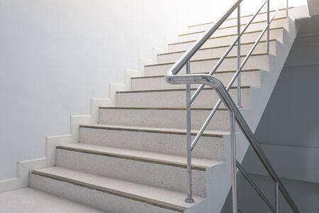 tromba delle scale nell'edificio con maniglie Archivio Fotografico