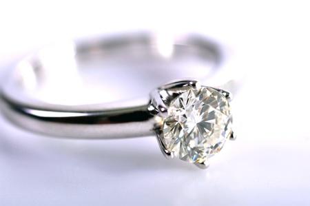 diamante: Cerca de un anillo de diamantes aislado sobre fondo blanco.