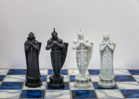 pensamiento estrategico: Un piezas de car�cter ajedrez en el tablero con una luz. Un personaje representa la estrategia, la planificaci�n, la valiente, la traici�n, la confrontaci�n y la competencia.