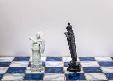 pensamiento estrategico: Un piezas de carácter ajedrez en el tablero con una luz. Un personaje representa la estrategia, la planificación, la valiente, la traición, la confrontación y la competencia.