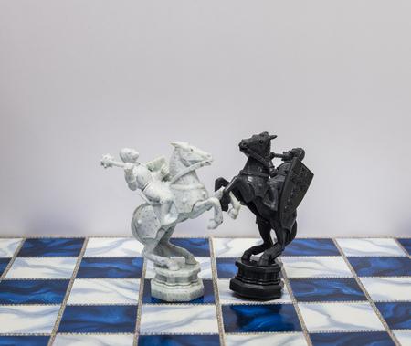 Een stukken van het schaakspel karakter op het bord met een lichte. Een karakter vertegenwoordigt strategie, planning, moedig, verraad, confrontatie en concurrentie.
