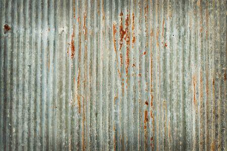 Vecchio fondo di struttura della parete dello zinco, arrugginito sul rivestimento del pannello di metallo zincato.