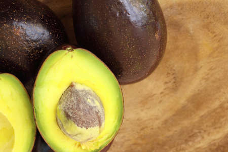 Close up of slice avocado on wooden cutting board, health food for fitness concept. 免版税图像