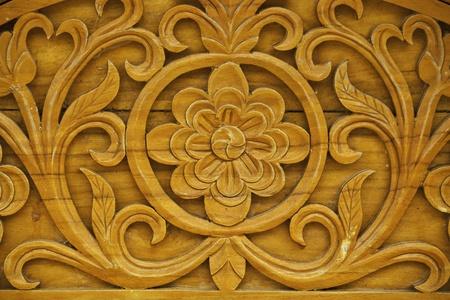 muebles de madera: detalle de la decoraci�n de madera tallada