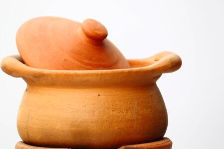 olla barro: Una olla de arcilla en el fondo blanco