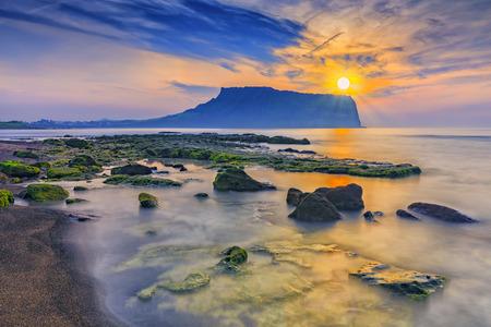 Sonnenaufgang am Seongsan Ilchulbong, Insel Jeju, Südkorea. Standard-Bild - 65181704