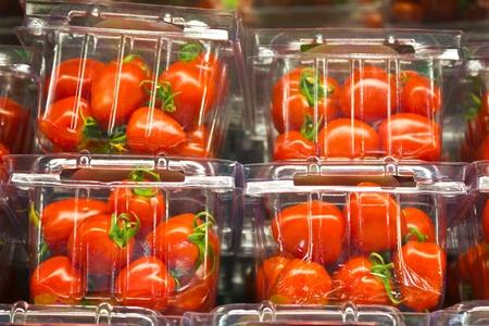 envases plasticos: tomates cherry en un recipiente de pl�stico. Foto de archivo
