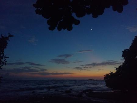 anochecer: La luna y la puesta de sol, Reserva Natural de Cabo Blanco, Costa Rica
