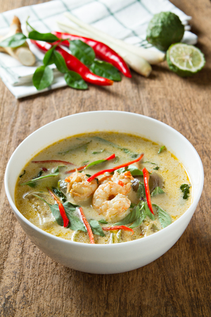 curry bowl: Green curry with shrimp. Thai cuisine. (kang keaw wan)