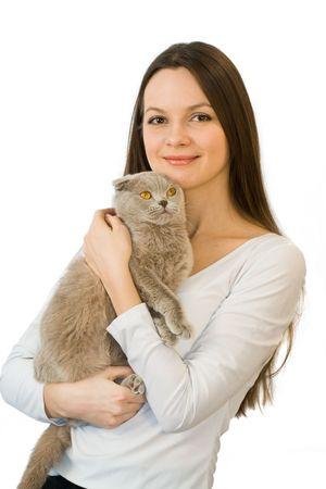 veterinario: Joven mujer escocesa con gato veces aislados en fondo blanco