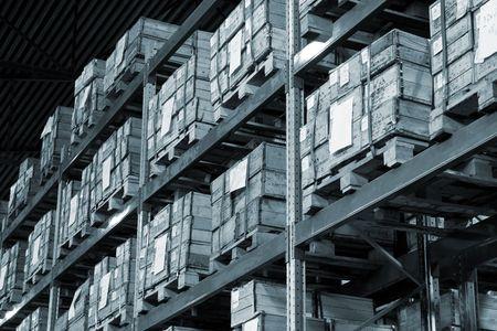 Industriële magazijn met veel vakken. Zwart-wit-foto