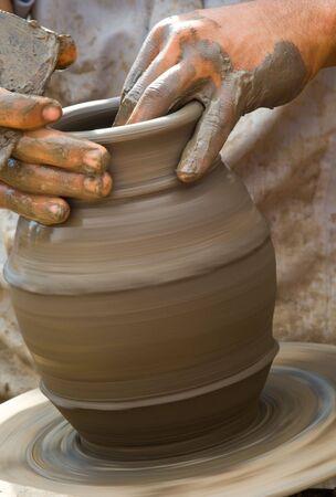alfarero: Close-up de alfarero de inflexión en una olla un torno de alfarero