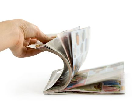 Hand die is thumbing magazine. Geïsoleerd op wit