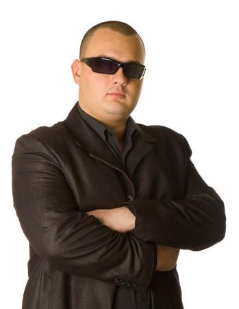 guardaespaldas: Hombre en traje negro de lentes de sol. Aislado sobre fondo blanco