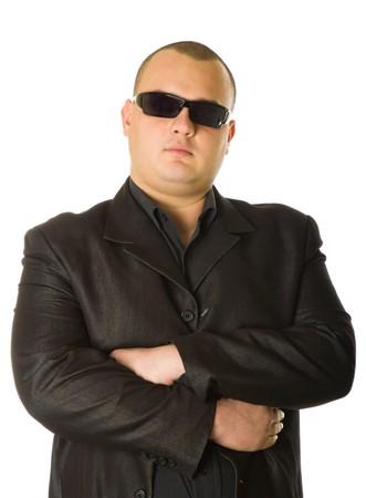 Man in zwart pak met zonnebril. Geïsoleerd op witte achtergrond