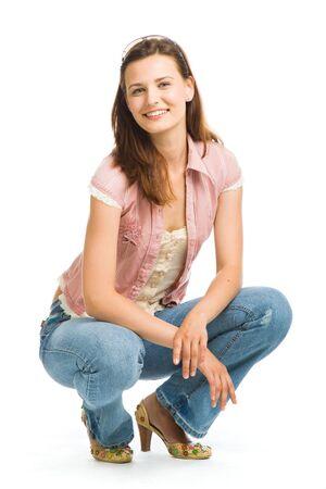 squatting: Hermosa muchacha. Aislado sobre fondo blanco