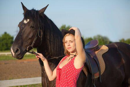 Mujer joven rubia con caballo Foto de archivo - 5184216