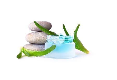 dermatologo: Crema cosmetica e aloe vera. Isolati su sfondo bianco