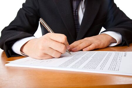 Close-up op een zaken man handen ondertekening van een contract. Geïsoleerd op witte achtergrond