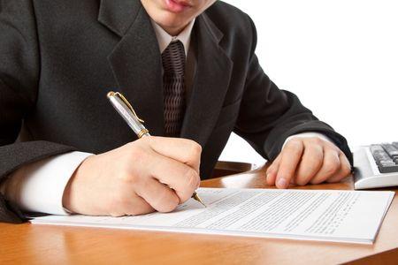 Close-up op een zaken man handen ondertekening van een contract. Geïsoleerd op witte achtergrond Stockfoto