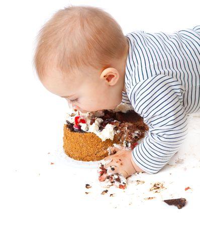 Baby en koek. Geïsoleerd op witte achtergrond