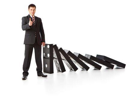 hombre cayendo: Empresario cerca de una pila de domin�. Aislados en fondo blanco