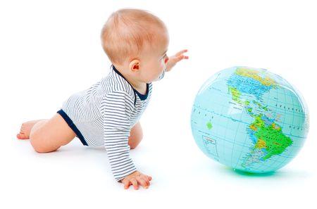 Baby en de hele wereld. Geïsoleerd op witte achtergrond  Stockfoto