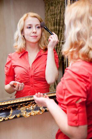 Reflexi�n de joven en un espejo grande Foto de archivo - 6756362