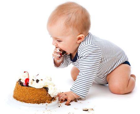 Baby en taart. Geïsoleerd op witte achtergrond