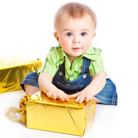 Baby met cadeaus. Geïsoleerd op witte achtergrond Stockfoto