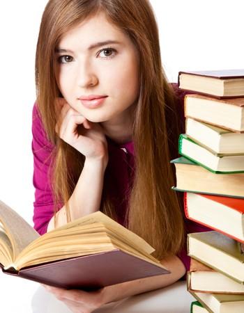 leerboek: Meisje is liggend op een verdieping en boeken lezen. Geïsoleerd op witte achtergrond  Stockfoto