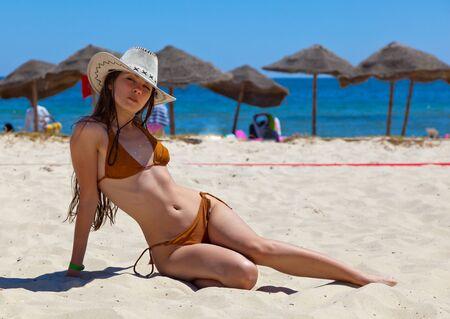 Mooi meisje op een strand  Stockfoto
