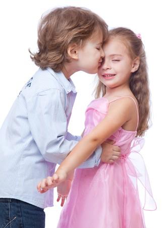 Petit garçon et fille amoureuse. Isolé sur fond blanc Banque d'images