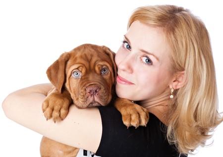 femme et chien: Jeune fille avec chiot de Dogue de Bordeaux (mastiff fran�ais). Isol� sur fond blanc