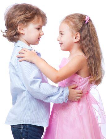 Kleine jongen en meisje verliefd. Geïsoleerd op witte achtergrond  Stockfoto