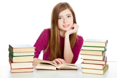 Jong meisje is zitten aan de balie en lezen van het boek. Geïsoleerd op witte achtergrond