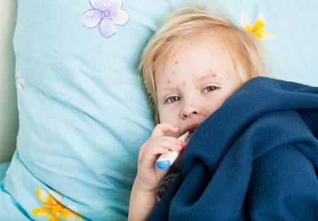 rash: una chica linda enferma es medir la temperatura