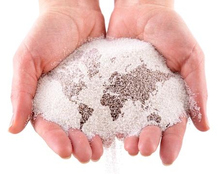 paz mundial: Arena con el mapa del mundo en las manos. Aislado en un fondo blanco Foto de archivo