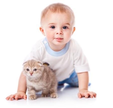 Bébé avec chaton. Isolé sur fond blanc Banque d'images - 9445026