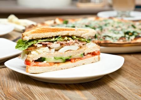 Une plaque blanche avec le sandwich Banque d'images - 9593764