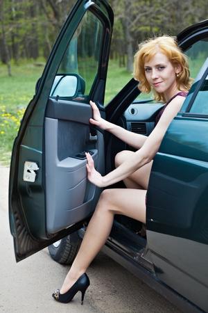 gambe aperte: Una bella donna bionda � seduto in una macchina