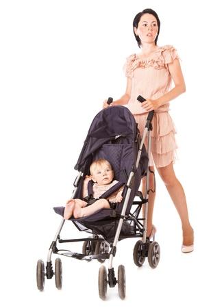 Jonge moeder met baby in kinderwagen. Geà ¯ soleerd op witte achtergrond