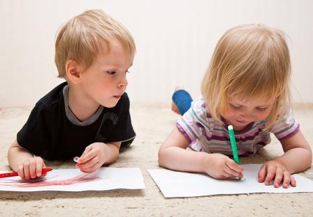 Ni�o y ni�a poco est�n pintando Foto de archivo - 10121999